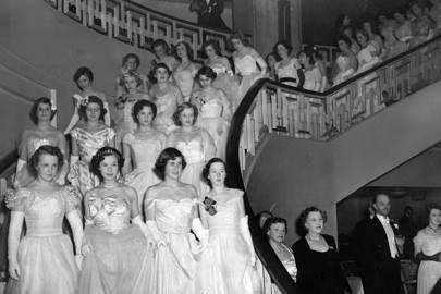 LAS DEBUTANTES EN EL QUEEN CHARLOTTE'S BALL EN GROSVENOR HOUSE DESCIENDEN AL SALÓN DE BAILE, 1950