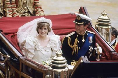 La princesa Diana y el príncipe Carlos dejan la iglesia de St Peter