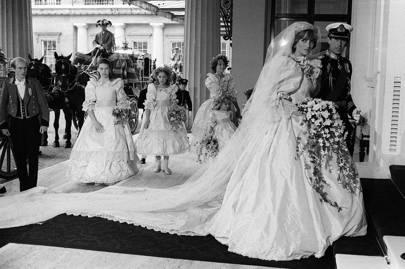 El príncipe Carlos y la princesa Diana llegan al palacio de Buckingham después de la boda.