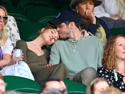 Phoebe Dynevor con Pete Davidson en el centro de la cancha en Wimbledon.
