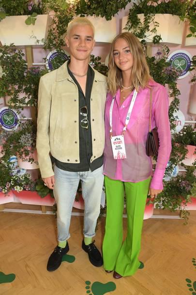 Romeo Beckham y Mia Regan en la suite Evian VIP, en Wimbledon.