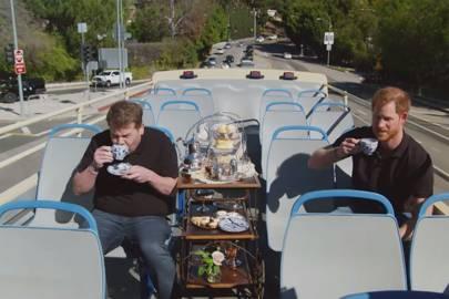 James Corden y Harry tomando el té durante el show.
