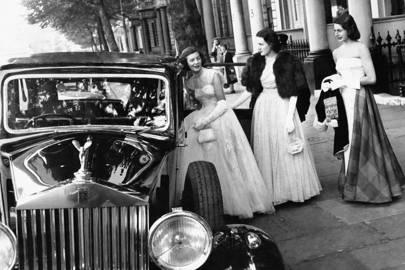 Debutantes yendo a una fiesta en Kensington.