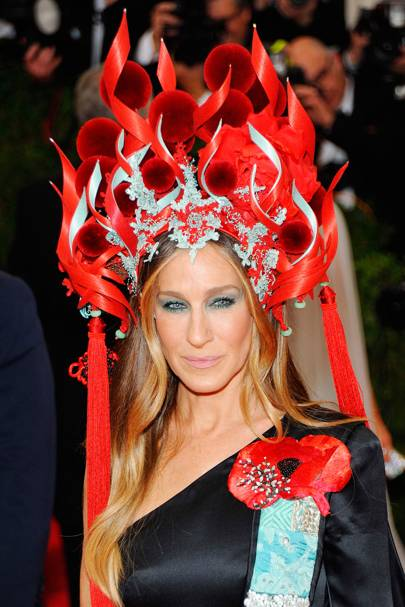 Sarah Jessica Parker wearing Philip Treacy to the Met Gala 299940bc040