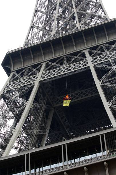 Greenpeace protester suspended from the Eiffel Tower
