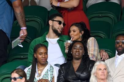 Ben Simmons y Maya Jama en el centro de la cancha en Wimbledon