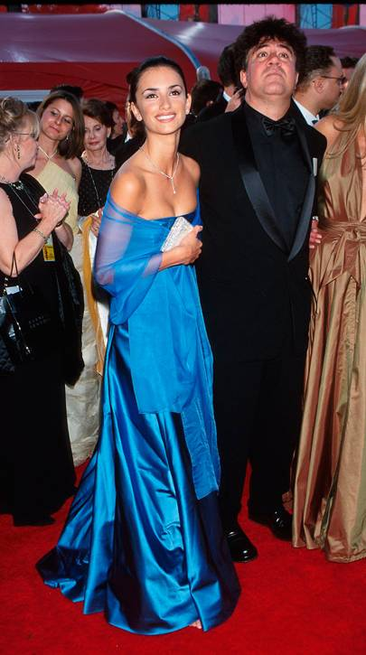2000 - Penelope Cruz attends the Oscars wearing Ralph Lauren